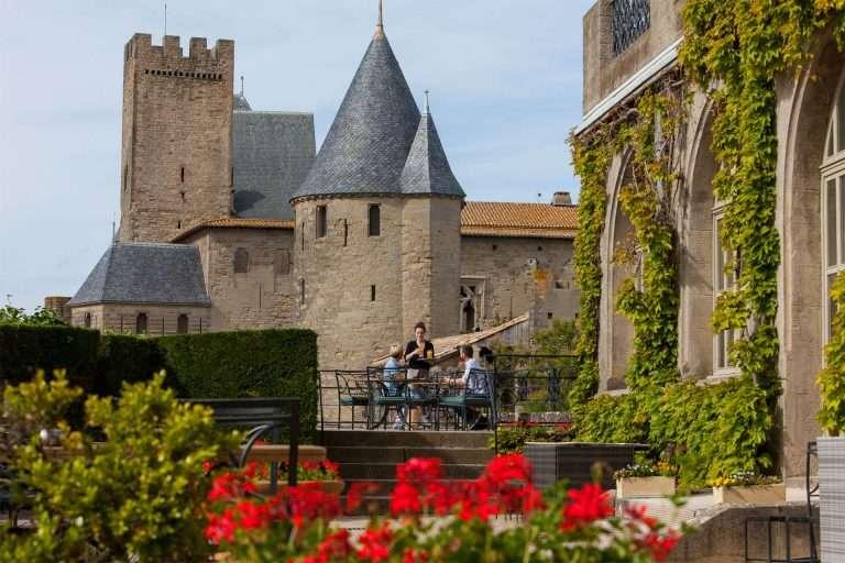 Boire un verre en terrasse dans la Cité de Carcassonne ©Philippe Benoist-ADT de l'Aude