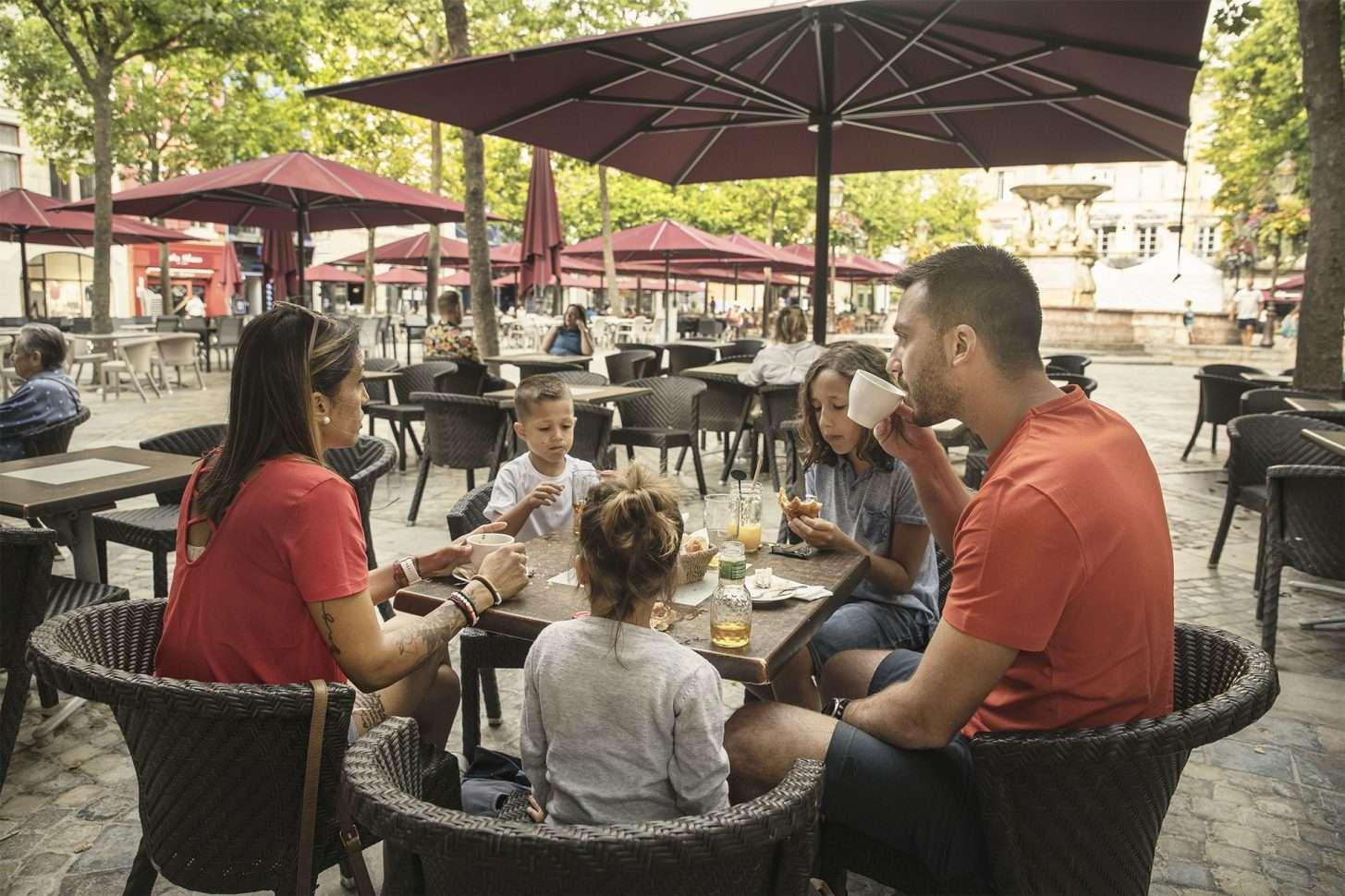 Petit déjeuner en terrasse, place Carnot à Carcassonne © Idriss Bigou-Gilles - ADT de l'Aude