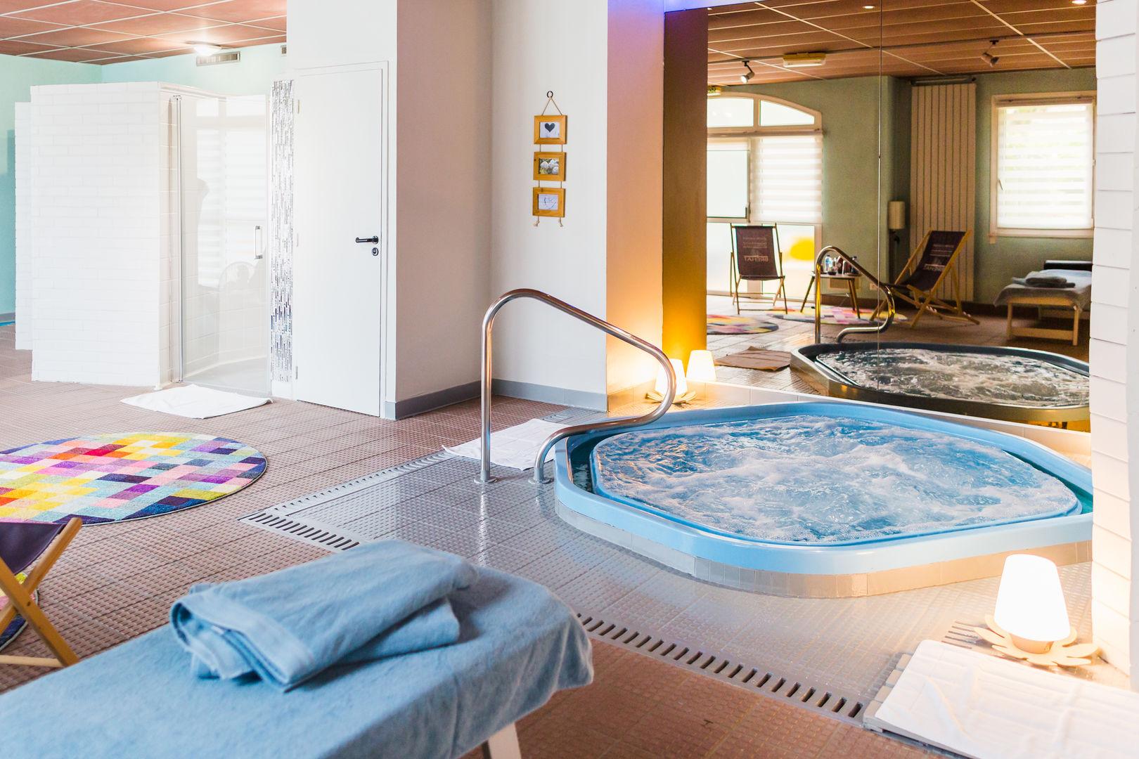 Hotel-Aigue-marine-2019--41----Spa-Jaccuzi-Douche-Reflet-transat-dans-miroir-2