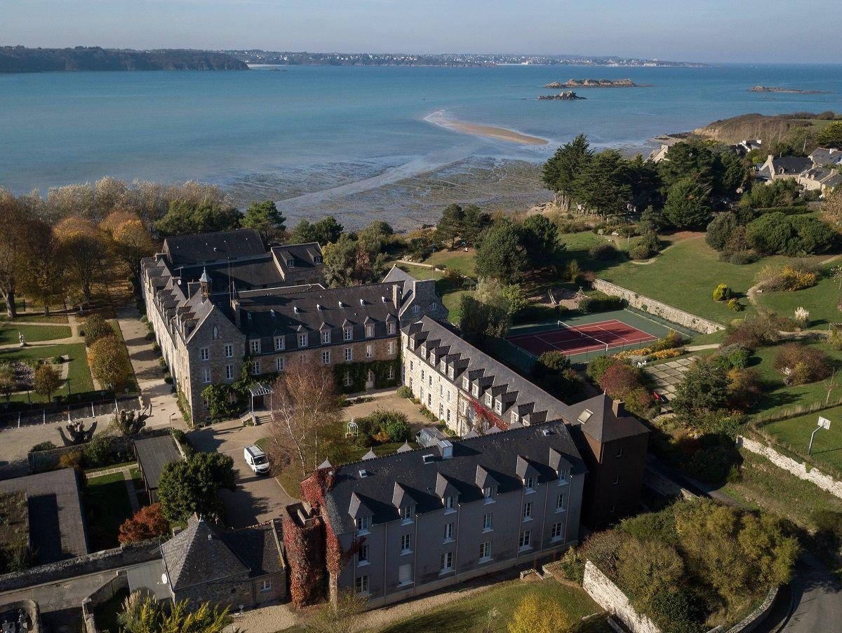L-Abbaye-Vue-d-ensembe-St-Jacut-de-la-Mer-2018-Copyright-J