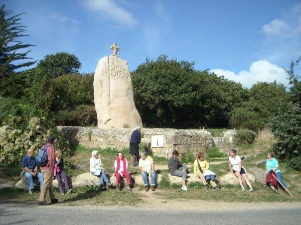 Menhir de Saint Uzec et randonneurs
