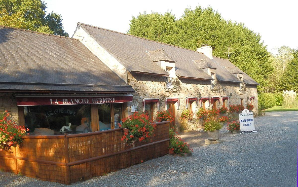 Restaurant-la-Blanche-Hermine-PLELAN--devanture-de-biais-en-ete-