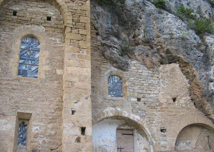 L'église ancienne, confondue avec le rocher