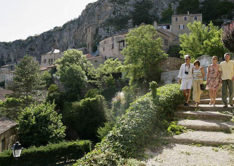 Peyre, village accroché à une falaise au-dessus du Tarn