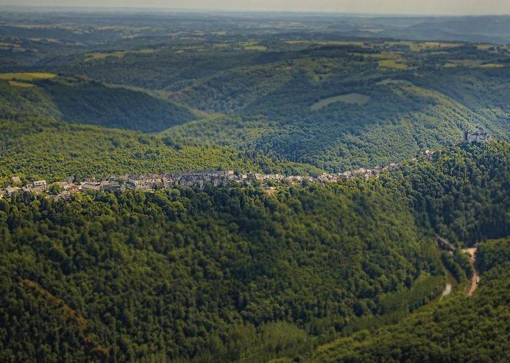 Najac domine les hautes gorges de l'Aveyron