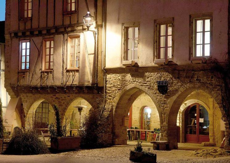 Sauveterre-de-Rouergue, les arcades de la place