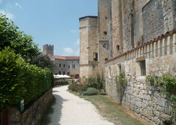 Larressingle et son château, résidence des évêques de Condom