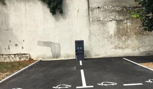 Borne de recharge électrique pour voitures